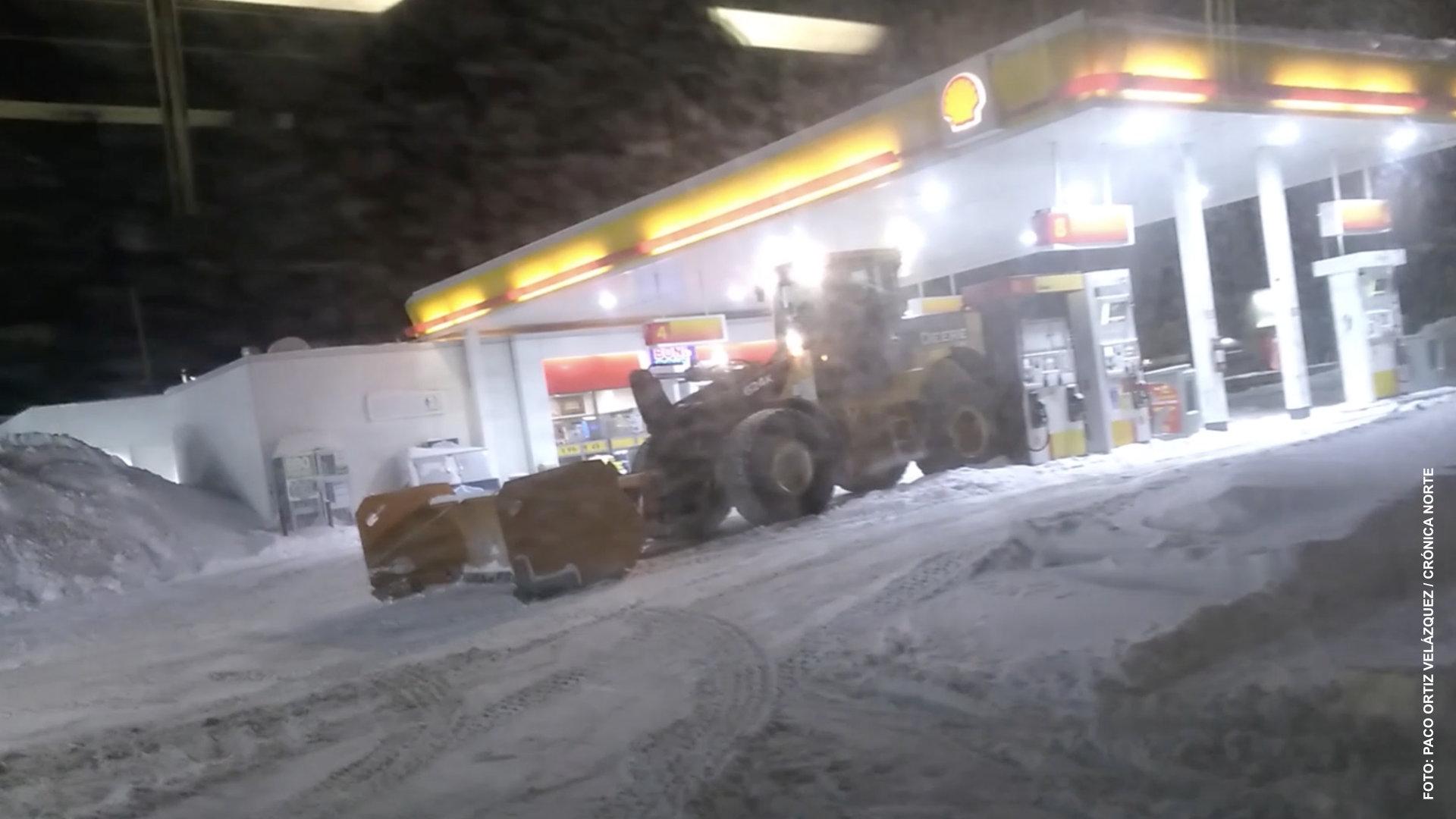 Pala mecánica de limpieza de nieve embiste a autobús